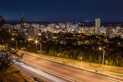 De horizon van de binnenstad en lichte slepen van auto's bij nacht in Hamilton, Ontario royalty-vrije stock afbeeldingen