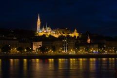 De horizon van Boedapest bij nacht met Paleis en van de Visser Bastion over de Donau Royalty-vrije Stock Foto's