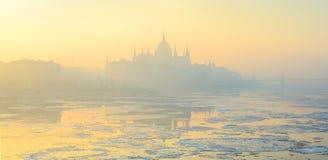 De horizon van Boedapest in gele de winternevel royalty-vrije stock afbeeldingen