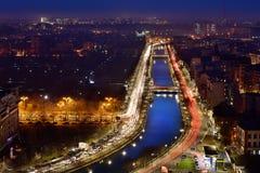 De horizon van Boekarest bij blauw uur, Dambovita-rivier, luchtmening Royalty-vrije Stock Foto