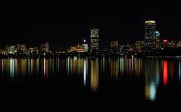 De horizon van Boston bij nacht Stock Afbeelding