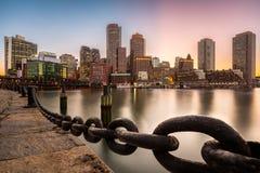 De horizon van Boston bij zonsondergang stock foto's