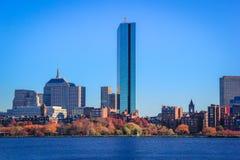 De Horizon van Boston, van over Charles River stock afbeeldingen
