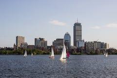 De Horizon van Boston, de Voorzorgs- Bouw, en Zeilboten langs Charles River Stock Foto
