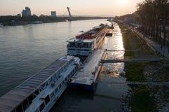 De horizon van Bratislava op de rivier van Donau royalty-vrije stock afbeelding