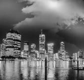 De horizon van Brisbane bij nacht met rivierbezinningen Royalty-vrije Stock Foto's