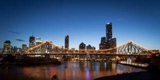 De Horizon van Brisbane bij Schemer Stock Fotografie