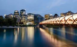 De horizon van Calgary bij nacht royalty-vrije stock afbeeldingen