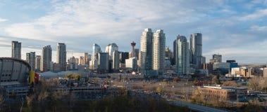 De horizon van Calgary bij zonsondergang royalty-vrije stock afbeelding