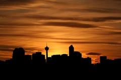 De horizon van Calgary bij zonsondergang stock illustratie