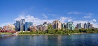 De horizon van Calgary in de zomer Stock Afbeeldingen
