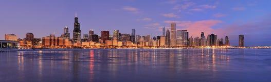 De horizon van Chicago bij dageraad