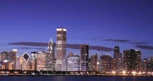 De horizon van Chicago bij nacht royalty-vrije stock afbeelding