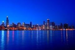 De Horizon van Chicago bij Nacht Stock Fotografie