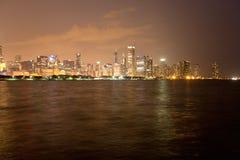 De Horizon van Chicago bij Nacht stock foto's
