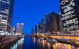 De Horizon van Chicago bij Nacht Royalty-vrije Stock Afbeeldingen