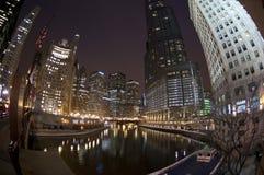 De Horizon van Chicago bij Nacht over de Rivier Stock Foto's