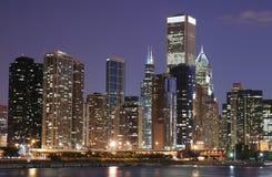 De horizon van Chicago bij schemering Stock Afbeeldingen