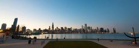 De Horizon van Chicago bij zonsondergang stock foto's