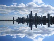 De Horizon van Chicago die in Meer wordt weerspiegeld Royalty-vrije Stock Fotografie