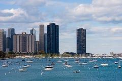 De horizon van Chicago lakefront met boten Stock Foto