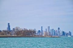 De horizon van Chicago zoals die van zuidenkant lakeshore wordt gezien van Meer Michigan op een ijzige de winterdag Royalty-vrije Stock Foto