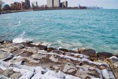 De horizon van Chicago zoals die van zuidenkant lakeshore wordt gezien van Meer Michigan op een ijzige de winterdag Royalty-vrije Stock Foto's