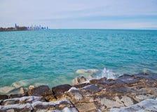 De horizon van Chicago zoals die van zuidenkant lakeshore wordt gezien van Meer Michigan op een ijzige de winterdag Stock Foto