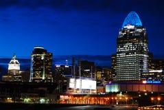De horizon van Cincinnati bij nacht stock foto