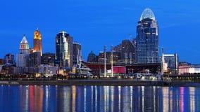 De horizon van Cincinnati, Ohio bij nacht met bezinningen stock foto's