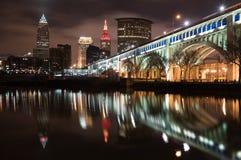 De horizon van Cleveland en de Cuyahoga-Rivier bij nacht stock foto's