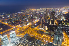 De horizon van de de nachtstad van Doubai met moderne skycrapers, de V.A.E Stock Afbeeldingen