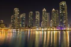 De horizon van de de nachtstad van Doubai met moderne skycrapers, de V.A.E Royalty-vrije Stock Afbeelding