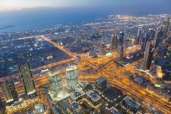 De horizon van de de nachtstad van Doubai met moderne skycrapers, de V.A.E Stock Afbeelding