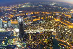 De horizon van de de nachtstad van Doubai met moderne skycrapers, de V.A.E Stock Foto
