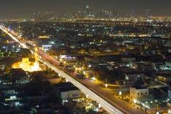 De horizon van de de nachtstad van Doubai met moderne skycrapers, de V.A.E Royalty-vrije Stock Foto's