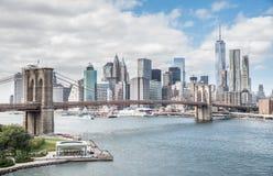 De horizon van de de stadsnacht van New York van de brug van Brooklyn Stock Afbeelding