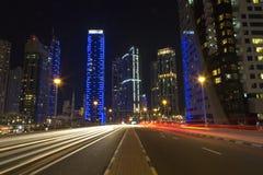 De horizon van de nachtstad in Jachthavendistrict, Doubai Stock Afbeeldingen