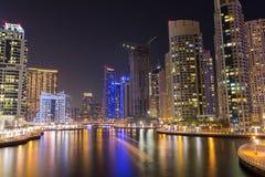 De horizon van de nachtstad in Jachthavendistrict, Doubai Stock Afbeelding