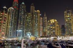 De horizon van de nachtstad in Jachthavendistrict, Doubai Stock Foto