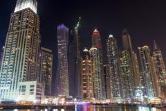 De horizon van de nachtstad in Jachthavendistrict, Doubai Stock Fotografie