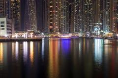 De horizon van de nachtstad in Jachthavendistrict, Doubai Royalty-vrije Stock Afbeeldingen
