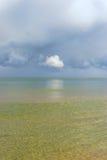 De horizon van de Oostzee met wolken Stock Fotografie
