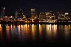 De horizon van de stad bij nacht stock afbeeldingen