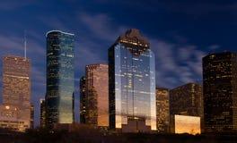 De horizon van de stad bij nachtdaling Stock Afbeelding