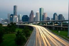 De horizon van de stad bij schemer met verkeer Stock Afbeeldingen