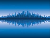 De horizon van de stad overdenkt water Stock Foto's