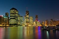 De Horizon van de Stad van Brisbane bij Zonsondergang Stock Afbeelding