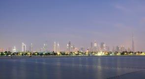 De Horizon van de Stad van Doubai bij schemer stock afbeelding