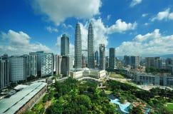 De horizon van de stad van Kuala Lumpur, Maleisië. De TweelingTorens van Petronas. Stock Fotografie